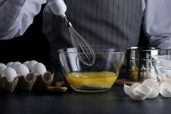 mixer en deeg recept van pastei of cakeconcept op dark stock afbeelding