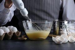 mixer en deeg recept van pastei of cakeconcept op dark royalty-vrije stock afbeelding