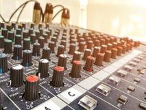 Mixer en Machtsmixer en Audio met ochtendlicht dat wordt geplaatst royalty-vrije stock foto's