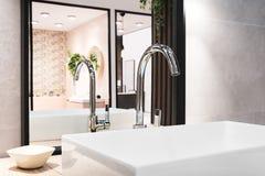 Mixer van de luxe de grote tapkraan op witte rechthoekige gootsteen in binnenland van mooie beige grijze badkamers en nagedacht i royalty-vrije stock foto's