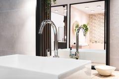 Mixer van de luxe de grote tapkraan op witte rechthoekige gootsteen in binnenland van mooie beige grijze badkamers en nagedacht i stock afbeelding