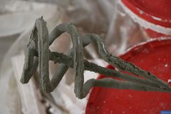 Mixer voor pleister een pijp voor een mixer Een uiteinde in pleister De spiraal van bloemkroon is behandeld met vochtig pleister  royalty-vrije stock foto