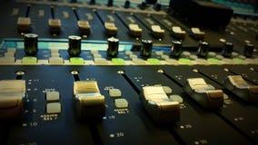 Mixeur son dans le studio audio Photo stock