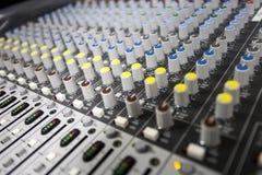 Mixeur son de contrôle de boutons Photographie stock