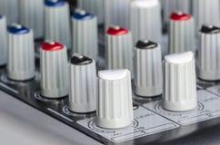 Mixeur son de contrôle de boutons Photographie stock libre de droits