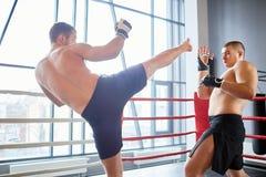 Mixfight övning i boxningsring Arkivfoto