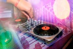 Mixinq DJ consola Fotografia Stock Libera da Diritti