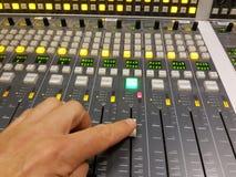 Mixtable in de radioknoop van de studiovinger Royalty-vrije Stock Fotografie