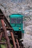 MIYAGI, ЯПОНИЯ - 16-ОЕ АПРЕЛЯ: Автомобиль наклона делает свой путь вниз с следа Стоковое фото RF