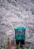 MIYAGI, ЯПОНИЯ - 16-ОЕ АПРЕЛЯ: Автомобиль наклона делает свой путь вниз с следа Стоковое Фото
