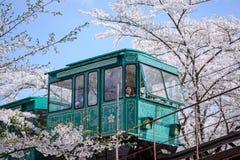 MIYAGI, ЯПОНИЯ - 16-ОЕ АПРЕЛЯ: Автомобиль наклона делает свой путь вниз с следа Стоковые Изображения RF