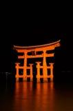 Miyajima ardente Torii alla notte Fotografia Stock