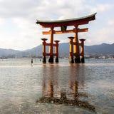 Miyajima, Japão - 28 de dezembro de 2009: A porta de flutuação de Torii do santuário de Itsukushima fora da costa da ilha de Miya fotos de stock royalty free