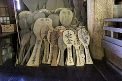 Miyajima, Japón - 26 de mayo de 2017: Cucharas de madera gigantes del arroz, shamoji Imagen de archivo