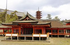MIYAJIMA, JAPAN - 1. APRIL 2019: Itsukushima-Schreintempel in Miyajima, Japan lizenzfreie stockfotos