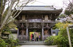 MIYAJIMA, JAPAN - 1. APRIL 2019: Niomons Haupttor herein Daisho-im Tempel, Miyajima-Insel, Japan stockbild