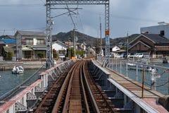 MIYAJIMA JAPAN - FEBRUARI 04, 2018: Miyajimaguchi drevstation som går station för färja för Miyajima kaninö royaltyfri bild