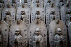MIYAJIMA JAPAN - FEBRUARI 03, 2018: Modellen av stenBuddha skulpterar i relikskrin av Miyajima arkivbild