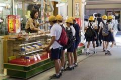 Miyajima, Japan - Mei 26, 2017: Groep schoolkinderen in unif Stock Foto