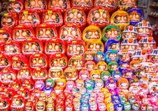 MIYAJIMA JAPONIA, SIERPIEŃ, - 21, 2015: Tradycyjna japońska porcelany postaci sprzedaż przy prezenta sklepem przy Miyajima wyspą Obrazy Stock
