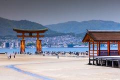 Miyajima, Sławna duża Sintoizm torii pozycja w oceanie w Hiroszima, Japonia Zdjęcia Royalty Free