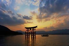 Miyajima Torii bij Schemer Stock Foto's