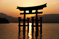 Miyajima Torii en la puesta del sol Foto de archivo