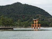 Miyajima Torii port i vattnet på den Itsukushima relikskrin Royaltyfri Fotografi