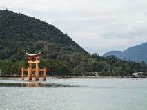 Miyajima Torii utfärda utegångsförbud för Arkivbild
