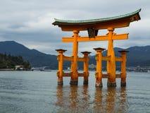 Miyajima Torii utfärda utegångsförbud för Royaltyfri Foto
