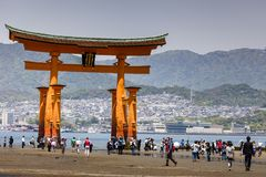 Miyajima, torii xintoísmo grande famoso foto de stock royalty free