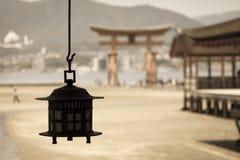 Miyajima, torii xintoísmo grande famoso que está no oceano em Hiroshima, Japão fotos de stock royalty free