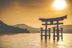 Miyajima, torii xintoísmo grande famoso que está no oceano em Hiroshima, Japão fotografia de stock
