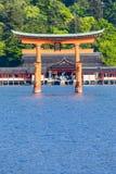 Miyajima, torii xintoísmo grande famoso que está no oceano em Hiroshima, Japão imagens de stock
