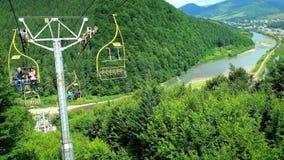 MIZHHIRIA, ΟΥΚΡΑΝΙΑ - 1 ΙΟΥΛΊΟΥ 2018: Απολαύστε το γύρο ανελκυστήρων στην κορυφή του βουνού Makovytsia με μια άποψη σχετικά με το απόθεμα βίντεο