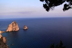 Mizithres-Felsen angesehen von Keri Lighthouse-Restaurant Lizenzfreies Stockfoto