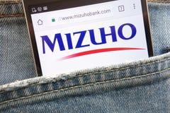 Mizuho banka strona internetowa wystawiająca na smartphone chującym w cajgach wkładać do kieszeni obrazy royalty free