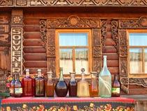 Mjöd i olika flaskor i Suzdal, Ryssland Arkivbild