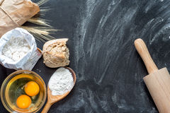 Mjöl, ägg och matlagningredskap Royaltyfria Bilder