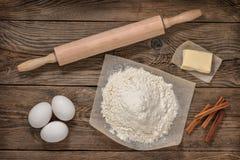 Mjöl, ägg, smör och matlagningutrustning matlagning Royaltyfri Foto