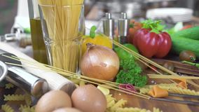 Mjöl för matsammansättning i bunke, ägg och grönsaken för att laga mat pasta på pizza på trätabellen Matingrediens för arkivfilmer