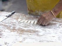 Mjöl förbereder sig att steka kines Churros arkivfoto