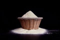 Mjöl i en bascet Arkivfoto