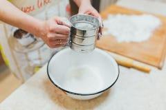 Mjöl som sållas i handkvinnor Royaltyfri Fotografi