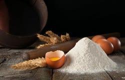 Mjölcloseup med brutna rå bruna ägg Fotografering för Bildbyråer