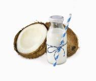 Mjölka av kokosnöten och nya kokosnötter som isoleras på vit bakgrund Royaltyfri Fotografi