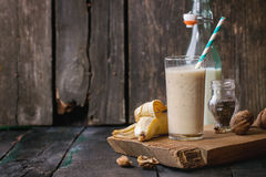 Mjölka banansmoothien royaltyfria foton