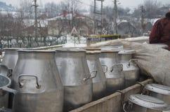 Mjölka behållare i Bucovina, Rumänien Arkivfoton