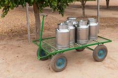 Mjölka cans på en vagn Royaltyfri Foto