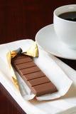 Mjölka choklad med en kopp kaffe Arkivbild